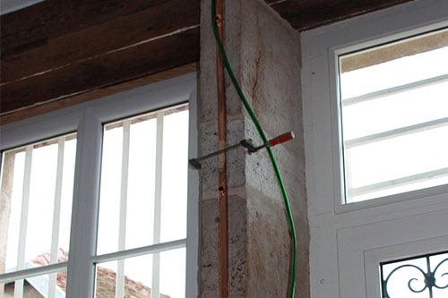fixation de la gaine pour fils électriques