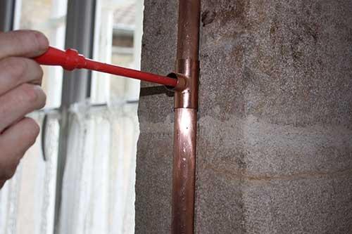 fixation du tube sur le mur