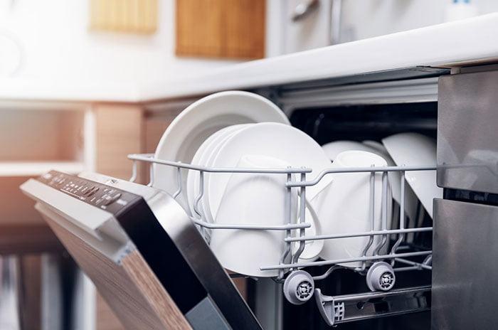 un lave vaisselle professionnel